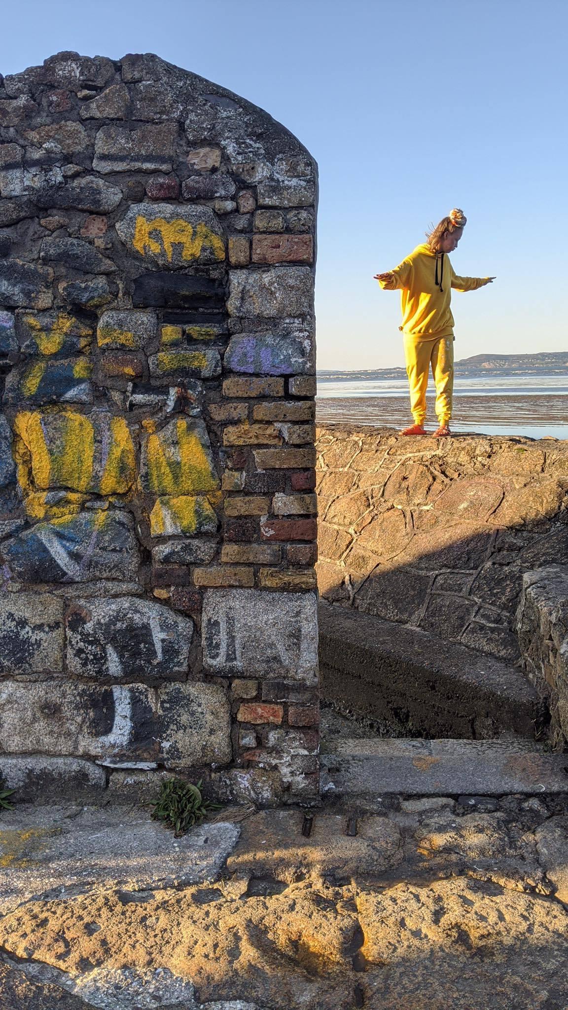 doma w żółtym dresie i żółtej bluzie
